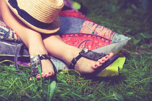 12c75b3925 Do pekných sandálov patria pekné nôžky. Ako sa o ne v lete starať ...
